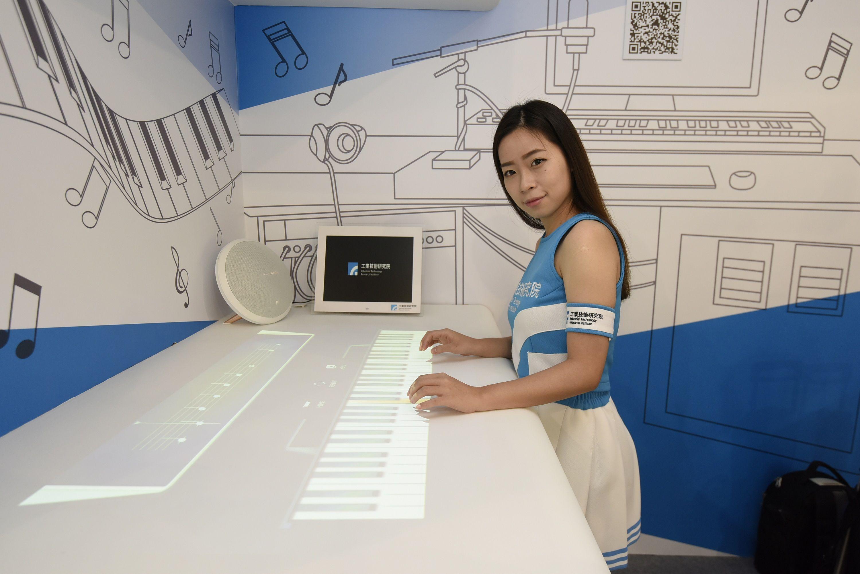 工研院開發的「虛擬鋼琴」,運用3D手勢辨識系統,結合影像投影,在桌面上投影琴鍵,沒有實體琴鍵,也能彈出一手好琴。