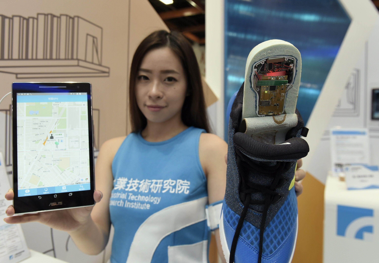 工研院開發的「智能感測便利貼」可結合獵能技術,和鞋墊整合,即可具備偵測人員走失定位的功能。