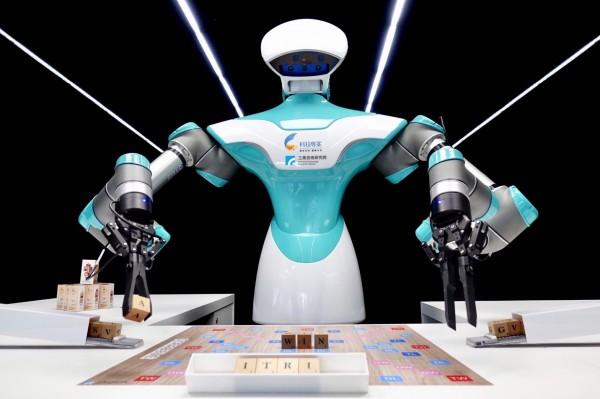 暖心機器人 陪你下棋又倒咖啡